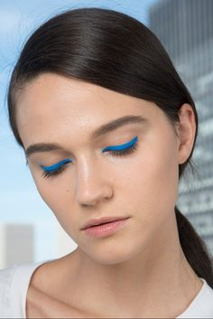 Eyeliner denim, efecto 'no makeup' y una piel radiante sin bronceado. Adelántate a lo nuevo en belleza.