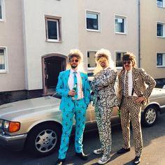 80er Jahre Party mit Opposuit Anzügen ... Daumen hoch