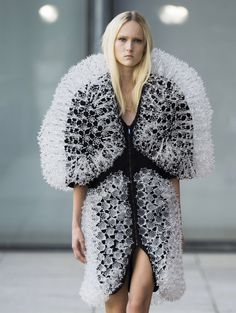 Iris van Herpen uses printing and magnets to form Spring Summer 2015 fashion collection Fashion Forms, 3d Fashion, Weird Fashion, Fashion Week, Fashion Details, High Fashion, Fashion Show, Fashion Outfits, Fashion Design