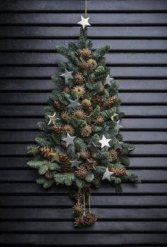 Sæt juletræet til dørs annette von einem jul dekoration til døren kogler gran xmastree Christmas Door Decorations, Diy Christmas Tree, Rustic Christmas, Xmas Tree, Christmas Holidays, Christmas Wreaths, Christmas Ornaments, Holiday Decor, Scandinavian Christmas