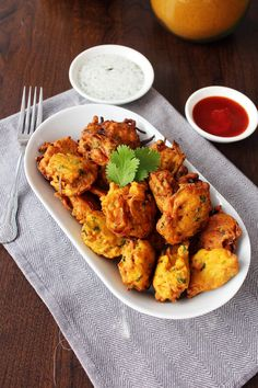 These crispy, golden potato and onion bites are a classic Indian finger food. Pakoras use simple ingredients to serve as a delicious snack or appetizer. Indian Appetizers, Indian Snacks, Indian Food Recipes, Vegetarian Recipes, Cooking Recipes, Cooking Time, Pakora Recipes, Chaat Recipe, Indian Cookbook