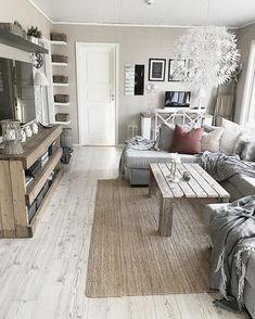Drewniane meble z surowych desek w aranżacji salonu - Lovingit.pl