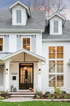 Paint color combinations in a modern farmhouse style for your exterior! Repaint your exterior in a modern farmhouse color scheme using these fantastic paint color combinations. Contemporary Farmhouse Exterior, Rustic Houses Exterior, Modern Farmhouse Plans, House Paint Exterior, Exterior Paint Colors, Exterior Design, Farmhouse Ideas, Farmhouse Remodel, Farmhouse Front