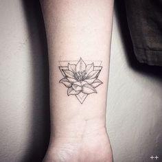 triangulo Mi segundo tattoo lotus flower #dotstattoo #geometric