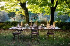 Tuscan wedding table: The table is long without linen. Only white plates are set with cutlery on menus.