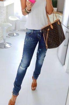 Rifľové nohavice úzkeho strihu, spodná časť nohavíc je ozdobená strieborným…