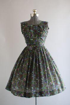 Esta década de 1950 Jerry Gilden vestido cuenta con un estampado floral verde y morado. Sin mangas. Fruncido en ambos lados de la blusa. Quemadas en la cintura con lazo decorativo en la cintura delantera. Falda plisada. Escote en v en la espalda. Cremallera del metal por la parte trasera del vestido. Muy buen estado vintage. Nota: el vestido es un poco escarpado. Enagua de usar debajo de la falda para la plenitud agregada. Esta pieza se ha limpiado y está lista para usar! Etiqueta Jerry…