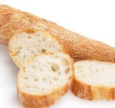Křupavá francouzská bageta je výbornou přílohou sama o sobě. Stejně tak ji ale můžeme promazat máslem a naplnit tím co m