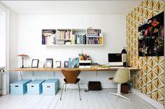 bureau le long d'un mur avec boîtes de rangement au sol et au mur, papier peint et chaises old school http://www.unregardcertain.fr/30-idees-et-inspirations-de-decoration-pour-la-piece-du-bureau/2031