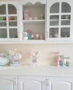 Beyaz mutfak, Country mutfak, Mutfak aksesuar, Mutfak masası Present Day, China Cabinet, Bathroom Medicine Cabinet, Home Accessories, Living Spaces, Sweet Home, Shabby, Storage, Kitchen