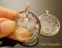 tutorial, msterials : resin, wire, seed beads, adhesive tape