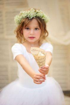 Daminha com coroa de flor