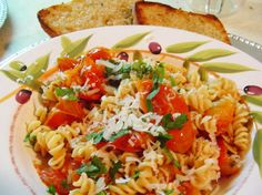 Pasta with Roasted Garlic and Cherry Tomatoes: A quick and easy recipe that brings out the deliciousness of both the tomatoes and garlic, for a satisfying meal. #recipe #dinnerideas