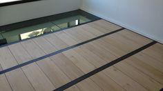 AFFAIRE DE STEEL Mezzanine et passerelle en métal, chêne brut et dalle de verre