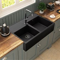 A sink to pose a deep black that meets a great success. Very trendy, this sink comes to give an authentic decorative touch to the kitchen. Hygienic this format of sink in two bins allows for … - Kitchen Design Program, Kitchen Cabinet Design, Modern Kitchen Design, Interior Design Kitchen, Bathroom Paint Design, Bathroom Tile Designs, New Kitchen, Kitchen Decor, Kitchen Sinks