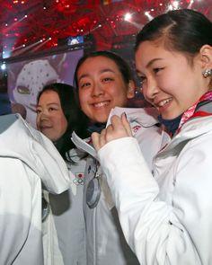 閉会式のフィナーレで笑顔のフィギュアスケート陣。左から鈴木明子、浅田真央、村上佳菜子=23日、ソチ (819×1024) 「日本のメダルは歴代2位の8個 閉会式、笑顔で行進」 http://photo.sankei.jp.msn.com/kodawari/data/2014/02/24japan/