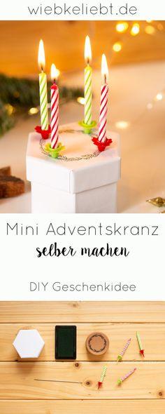 DIY Mini Adventskranz selber machen. Der selbstgemachte Adventskranz to go passt auf jeden Weihnachtstisch und ist ein originelles DIY Geschenk zur Weihnachtszeit. Die Anleitung findest du auf wiebkeliebt.de #adventskranz #weihnachten #Miniadventskranz #diygeschenk #1234 Diy Blog, To Go, Birthday Candles, About Me Blog, Diy Projects, Crafty, Christmas, Mini, Illustration