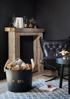 Wood vedkurv er i svart metall med skinnhåndtak. Den er både praktisk og dekorativ. Passer flott hjemme eller på hytta. Earthy, Entryway Tables, Woods, Furniture, Home Decor, Metal, Decoration Home, Room Decor, Woodland Forest
