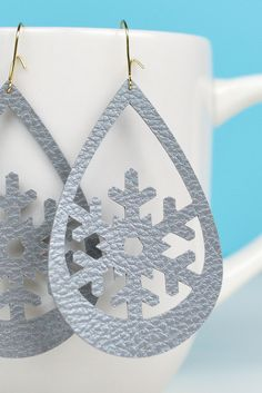 [orginial_title] – Booklady Ashmanski Snowflake Faux Leather Earrings Use your Cricut to make these trendy these faux leather earrings—sweet snowflakes that are perfect for the holidays (without being obnoxious! An easy Christmas jewelry project. Diy Leather Earrings, Diy Earrings, Leather Jewelry, Earrings Handmade, Handmade Jewelry, Diamond Earrings, Emerald Diamond, Diamond Jewelry, Raw Diamond