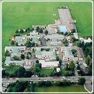 Colegio de educación secundaria en la ciudad de #richmond. Estudia en #waimeacollege con #xploraeducation. Fundado en 1957, se encuentra ubicado en una hermosa región y está dividido en 4 edificios. Los estudiantes participan en competencias entre los campus durante el año y van ganan puntos para un premio final.