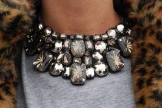 Looks vintage. Jewelry Accessories, Fashion Accessories, Fashion Jewelry, Jewelry Shop, Jewelry Trends, Fashion Necklace, Bijou Box, Maxi Collar, Heart Pendant Necklace