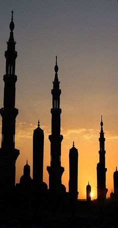 Silhouette of the Prophet's Mosque at Sunset, Al-Madinah, (Saudi Arabia). All praise due to Allah, Most Gracious, Most Merciful. Al Masjid An Nabawi, Masjid Al Haram, Islamic Architecture, Art And Architecture, Architecture Wallpaper, Monuments, La Ilaha Illallah, Beautiful Mosques, Place Of Worship