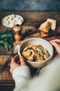Plats Healthy, Dark Food Photography, Pasta, Food Styling, Italian Recipes, Camembert Cheese, Stuffed Mushrooms, Food Porn, Vegetables