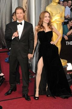 Brad Pitt and Angelina Jolie made a glamorous entrance at tonight's Academy Awards in LA. Angelina wore black velvet Atelier Versace, with a sexy slit, Angelina Jolie Fotos, Angelina Jolie Pictures, Brad Pitt And Angelina Jolie, Oscar 2012, Oscar Verleihung, Brad Pitt Oscar, Brad And Angie, Oscar Photo, Oscar Fashion