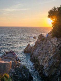 Nada representa mejor a Acapulco que La Quebrada y su peligroso espectáculo de clavadistas que atrae a miles al año sin importar temporada desde 1934