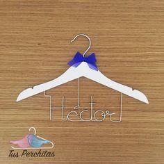 Percha para niño con lazo en azul Klein de raso Clothes Hanger, Personalized Hangers, Personalized Gifts, Blue Nails, Coat Hanger, Clothes Hangers, Clothes Racks