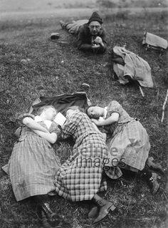 Mädchen im Gras wegekaten/Timeline Images #20er #20s #daydreams #entspannen #relax #enjoy #sleep #schlafen #tagträumen #Tagträumer #träumen #Sonne #Sommer #Nickerchen #nap #Mädchen #Menschen #Damenmode