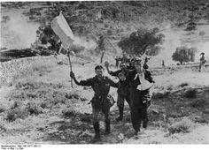 Soldats italiens se rendant à des soldats britanniques durant la campagne de Sicile. Le mythe du soldat italien se rendant en masse dans les combats de la seconde guerre mondiale est largement colporté par les allemands, qui y trouvent un moyen facile d'expliquer leur défaites, et par les britanniques, qui y trouvent un adversaire moins coriace que les allemands.