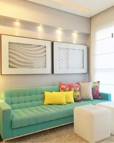Sofá e almofadas candy colors.