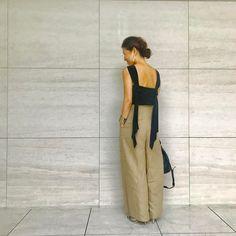 スタイリストの大草直子(おおくさなおこ)さんのインスタグラム(Instagram)写真「電車に乗るとき、デスクにいるとき。ちゃんとカーディガンを肩掛けしています(笑)!台風が近づいているみたいです。気をつけましょうね。#eqipment #aquagirl #soniarykiel #シルクのトップ」。芸能人・有名人のInstagram(インスタグラム)。 Love Fashion, Womens Fashion, Travel Outfits, My Favorite Things, Flat Shoes, My Style, How To Wear, Clothes, Dresses