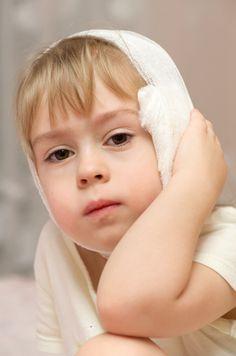 Nicht sofort müssen Ohrenschmerzen mit Medikamenten behandelt werden. Wir zeigen dir beliebte Hausmittel gegen Ohrenschmerzen bei Kindern.
