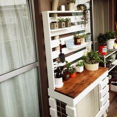 室外機カバーを魅せる棚にしてスペースを活かす