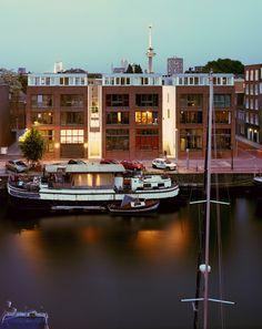 Achterhaven 37 stadshuizen met parkeergarage in Historisch Delfshaven Rotterdam, in opdracht van Woonbron Delfshaven Opgeleverd in 2011,7.000 m2 bvo, bouwkosten € 8 mio foto's: © Ruben Dario Kleimeer Nominatie Rotterdam Architectuurprijs 2012 Achterhaven is opgenomen in het Jaarboek Architectuur in Nederland 2011/12 als 1 van de 30 geselecteerde toonaangevende architectuurprojecten die dat jaar gerealiseerd zijn. […]