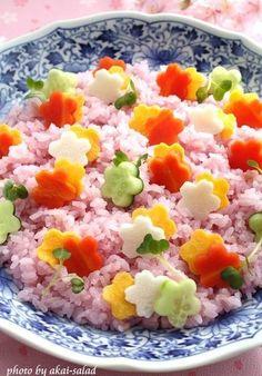 「ヤマサ昆布つゆ⽩だし」と紫キャベツで炊き込み御飯を作り寿司酢で和えると春⾊の酢飯が出来ます。 ここに型抜き野菜と卵焼きをトッピングするだけで可愛い花すしの完成。 「ヤマサ昆布つゆ⽩だし」の旨味で⿂介が無くても⼗分美味しくいただけます。