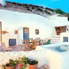 vivir bajo tierra: La vida en una casa cueva. España /Troglodita Porch And Terrace, Adobe House, Tadelakt, Small Backyard Pools, Beautiful Pools, Spanish House, Diy Patio, Little Houses, Home Decor Styles