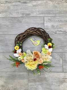 Prútený veniec zdobený kvietkami, vajíčkami a vtáčikom Grapevine Wreath, Grape Vines, Wreaths, Home Decor, Homemade Home Decor, Door Wreaths, Vineyard Vines, Deco Mesh Wreaths, Interior Design