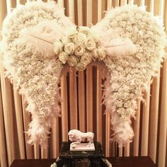 feather decoration ideas angel wing made out of carnation rose and feather funeral decoration ideas feather table centerpiece ideas Arrangements Funéraires, Funeral Floral Arrangements, Angel Baby Shower, Funeral Planning, Funeral Ideas, Angel Theme, Funeral Sprays, Casket Sprays, Funeral Tributes