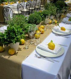 Sommerdeko für Ihren Tisch: Zitronen, frische Kräuter und eine schöne Leinentischdecke. Nicht vergessen: Servietten!