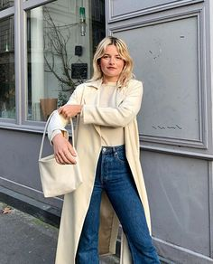 French girl style tips for your wardrobe – this is the ulitmate guide to getting that effortless chic look French girls do so well. French Girl Style, French Girls, French Chic, Ootd, Winter Mode, Sweaters And Jeans, Girl Fashion, Fashion Tips, Fashion Hacks