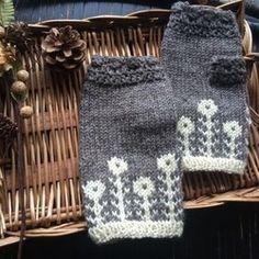 マーガレットのツートンミトン【紅】 Knit Mittens, Mitten Gloves, Knitting Socks, Baby Knitting, Knitting Basics, Knitting Projects, Knitting Patterns, Wrist Warmers, Hand Warmers
