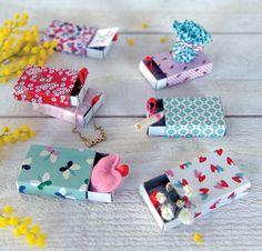 Quand de simples boites d'allumettes se transforment en cadeaux surprise... ça donne ceci... 7 boites décorées de papier Fifi Mandirac pour les 7 jours de la semaine, à l'intérieur on y cache : gourmandise, dessin, message, bijou... Les petits vont s'amuser...