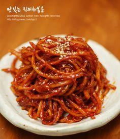 (오징어채) 진미채볶음 황금레시피 공개! 아들 간식 사러 마트 갔다 '1kg 진미채 - 9,900원' 문구가 따~~~... Korean Dishes, Korean Food, Cooking Recipes For Dinner, Asian Recipes, Ethnic Recipes, Vegetable Seasoning, Food Festival, Food Plating, Food And Drink