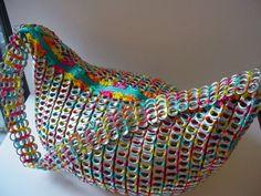 """Typisches """"Upcycling-Produkt"""": Handtasche, hergestellt aus  Getränkedosen-Verschlüssen"""