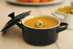 Uma sopa bem cremosa, mas muito simples. Os Croûtons envolvidos em queijo parmesão são opcionais, mas trazem um sabor extra