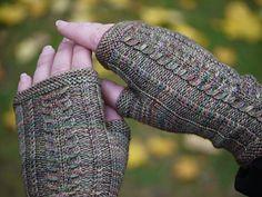 Korsi-kämmekkäiden mallineule tekee niistä joustavat ja siksi monen kokoiseen käteen sopivat. Kämmekkäät neulotaan magic loop -tekniikalla, mutta ne voi neuloa myös sukkapuikoilla.
