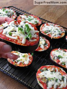 Low Carb Eggplant Pizzas -- 3 pieces under 200 calories! Low Carb Recipes, Vegetarian Recipes, Cooking Recipes, Healthy Recipes, Healthy Pizza, Healthy Breakfasts, Eating Healthy, Healthy Snacks, Clean Eating